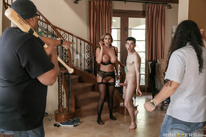 The neighborhood scoundrel, Jordi El Niño Polla, has been fucking married women for quite some time without getting caught. But when a husband comes home early from work, the scoundrel has to make a run for it—to the next horny housewife, Eva Notty, that